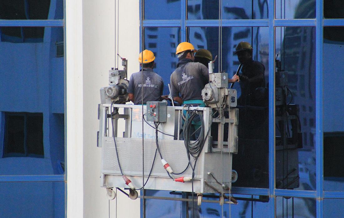 glaswasser met hoogwerkers